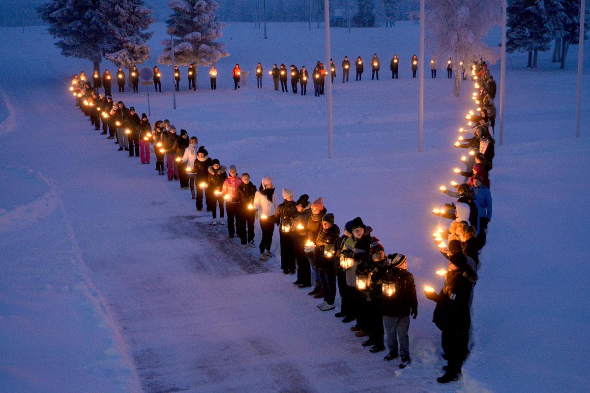Opiskelijat ja henkilökunta toivottavat sydämellistä joulujuhlaa perjantaina 16.12.